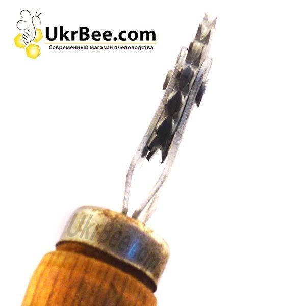 Каток с оцинкованной шпорой и ручкой из дерева для наващивания рамок для ульев.