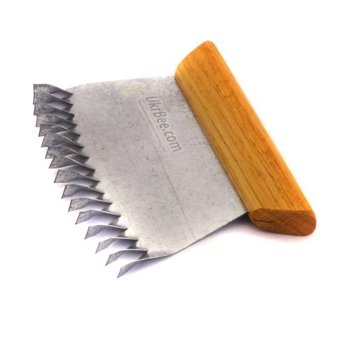 Оцинкованный гребешок с деревянной ручкой для простого, быстрого и качественного наващивания пчелиных рамок.